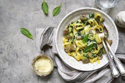 Pasta met spinazie en champignons