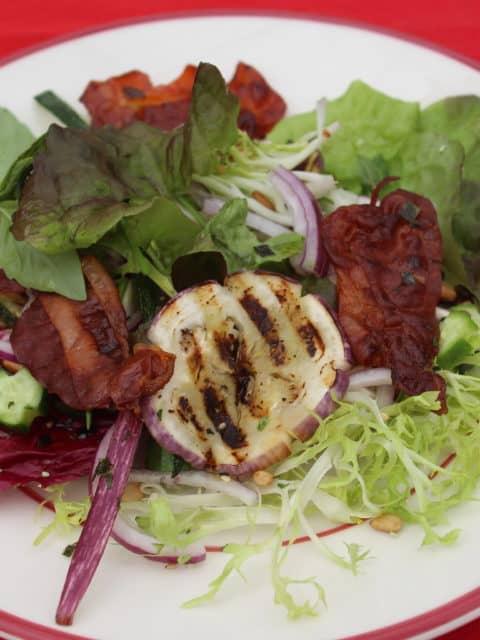 Maaltijdsalade met knapperige bacon en gegrilde groenten