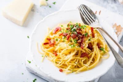 Budget maaltijd spaghetti met spek, peterselie en knoflook